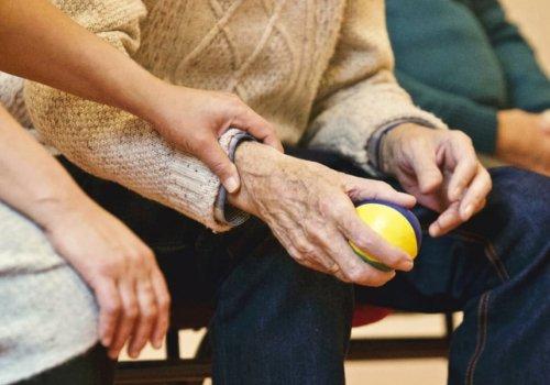 Давайте позаботимся о том, чтобы пожилой человек избежал осложнений с простудой